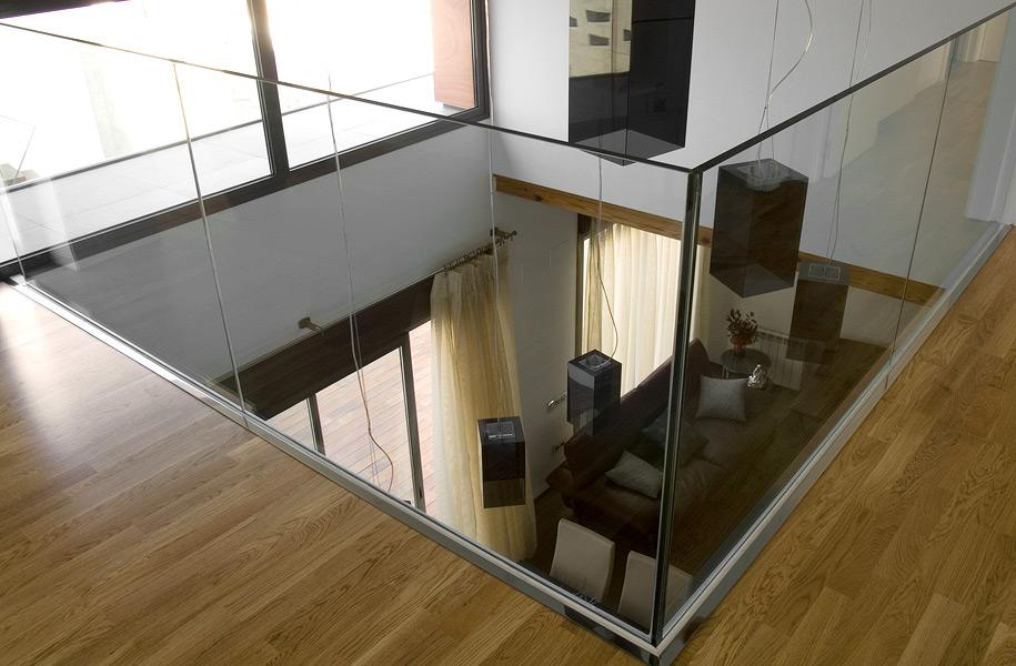 Pr bbl 10 doble altura con barandilla de cristal vicent for Detalle escalera volada